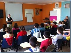 O Fr Νίκος περιγράφοντας τις εμπειρίες του από την Ιεραποστολή στους μαθητές της ΣΤ΄ τάξης.