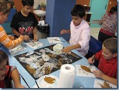 Τα παιδιά, με φύλλα  και τέμπερς φτιάχνουν στάμπες σε χατόνι